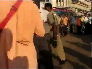 Жесткая драка кришнаитов с индусами на их родине